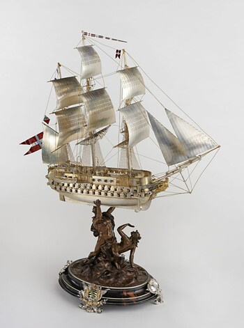 """Tafelaufsatz in Form eines Modelles des dänischen Linienschiffes """"Christian VIII"""", um 1890 © Kunstsammlungen der Veste Coburg, www.kunstsammlungen-coburg.de"""