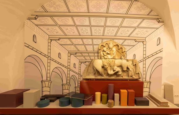 Die Inszenierung des wohl schwersten Objektes der BayLa 2020 ist fertig: das Tympanon aus dem Stadtmuseum Deggendorf hat seinen Platz eingenommen. © Haus der Bayerischen Geschichte | Foto: Herbert Rath