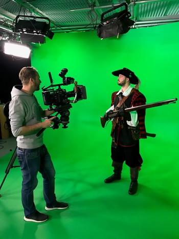 Der Schauspieler der Cronacher Ausschuss Compagnie, Ferdinand Lang und Kameramann Matthias Schwinn bei den Dreharbeiten zum Söldner aus dem dreißigjährigen Krieg.