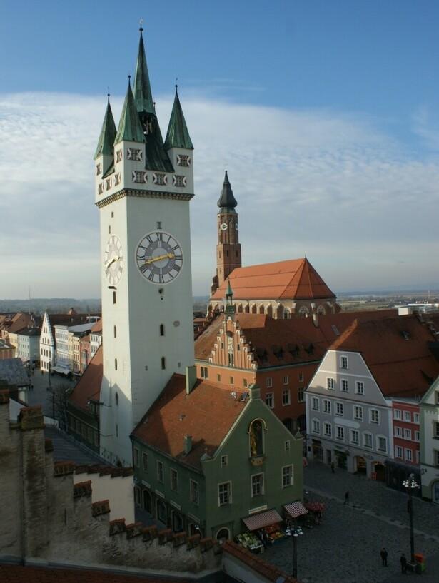 So sah der Stadtturm von Straubing im Jahre 2013 aus, im Hintergrund die Stadtpfarrkirche St. Jakob © Stadt Straubing | Foto: Erwin Hahn