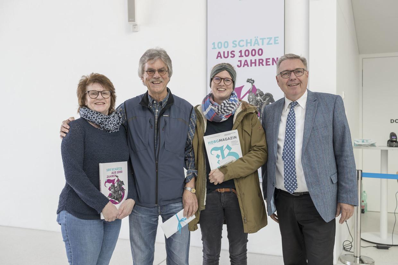 (v.l.n.r.): Rosi und Franz Brenner aus Ergoldsbach mit Tochter Jutta, Lehrerin in Würzburg, wurden von Projektleiter Dr. Rainhard Riepertinger im Eingangsbereich der Landesausstellung begrüßt.