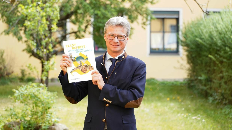 Kunstminister Bernd Sibler präsentiert den druckfrischen Katalog zur Bayerischen Landesausstellung 2020 © Andreas Ofenbeck/StMWK