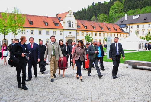 Ministerpräsident Dr. Markus Söder und die Festgäste auf dem Weg in die Landesausstellung