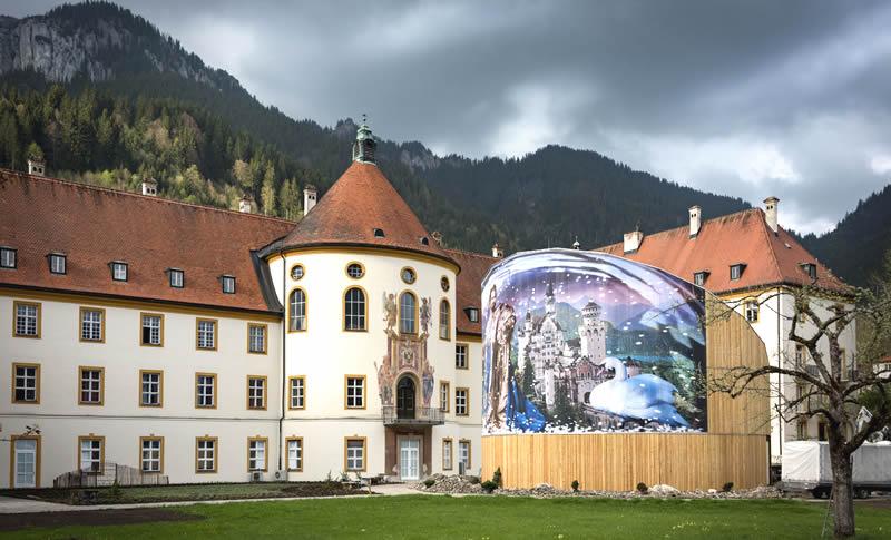 Anlässlich der Bayerischen Landesausstellung 2018 wurde im Klostergarten eigens ein Holzpavillon errichtet, in dem in einem rauschhaften Panorama die Vision des Königs real wird und der Besucher in die phantastische Gedankenwelt des Königs entführt wird.