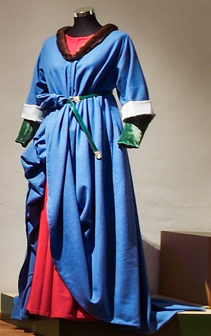 Kleid einer Schneidersgattin, gefertigt von Melanie Burgemeister nach den Regeln der Landshuter Kleiderordnung von 1470 © HdBG, Augsburg | Foto: Oskar da Riz