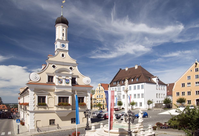 Das Friedberger Rathaus mit Marienbrunnen.  © Reinhold Ratzer