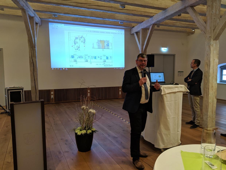 Dr. Peter Wolf stellt die Abteilungen der Landesausstellungen mit Entwürfen der Gruppe Gut vor. © Haus der Bayerischen Geschichte